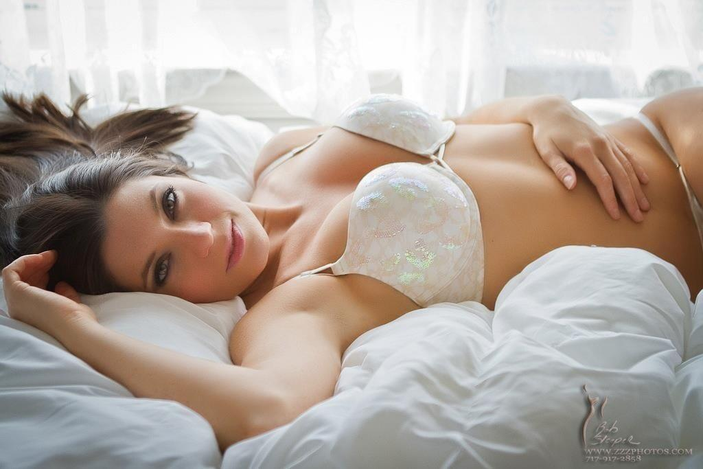 Sarah-Clayton-white-hot-look-BKFGzZACcAAaSu7